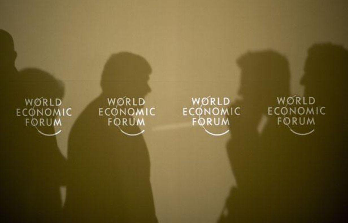 Des participants au forum de Davos discutent le 26 janvier 2011.   – AFP PHOTO /JOHANNES EISELE