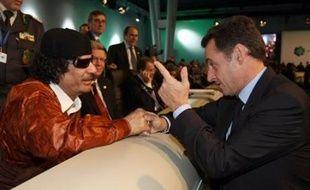 """La France accueille lundi Mouammar Khadafi pour une visite de cinq jours dont le président Nicolas Sarkozy espère une moisson de contrats, mais qui déchaîne les critiques de ceux accusant Paris de sacrifier les principes pour légitimer et armer le """"guide"""" libyen."""