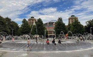 Des enfants se rafraîchissent dans une fontaine à Chicago, le 29 juin 2021.