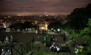 La fréquentation touristique en France continue de subir le contrecoup des attentats, notamment à Paris, mais la tendance s'améliore