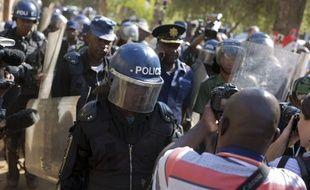 La police antiémeutes entre dans un hôtel à Harare, au Zimbabwe, en août 2018. Le pays est classé 127e par Reporters sans frontières pour la liberté de la presse.