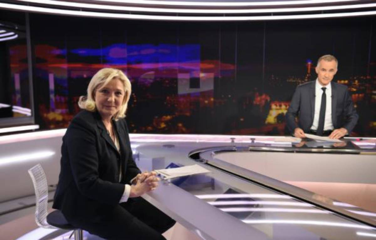 La cheffe du Front national, Marine Le Pen, sur le plateau de TF1 avec le journaliste Gilles Bouleau, le 8 février 2016 à Paris – LIONEL BONAVENTURE AFP