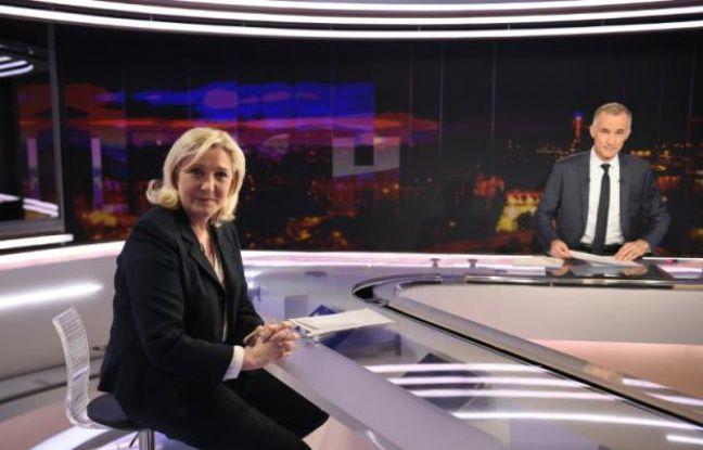 La cheffe du Front national, Marine Le Pen, sur le plateau de TF1 avec le journaliste Gilles Bouleau, le 8 février 2016 à Paris
