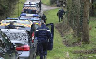 Les gendarmes aux abords de la rave party de Lieuron, en Ille-et-Vilaine, où 2.500 personnes avaient fêté le Nouvel an.