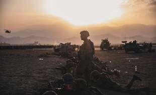 Des soldats américains près l'aéroport Hamid Karzai  de Kaboul, en Afghanistan, le 16 août 2021.