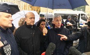 Inspection du dispositif de sécurité par Alain Juppé et le préfet de la Gironde, en amont de la manif des