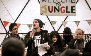 """Jude Law (au micro) dans un théâtre informel de la """"jungle"""" de Calais, le 21 février 2016"""