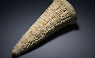 Ce cône en argile datant de 2200 avant JC va être rendu à l'Irak.