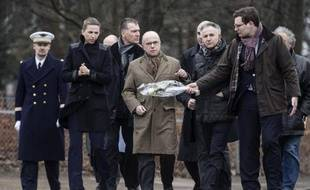Le ministre français de l'Intérieur Bernard Cazeneuve (c) s'est rendu à Copenhague le 15 février 2015 au lendemain des attaques qui ont fait deux morts