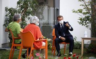 Emmanuel Macron lors d'une visite d'un Ephad du Loir-et-Cher.