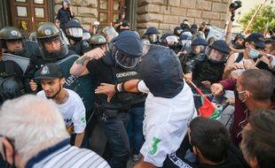 Opposition violente entre manifestants et forces de l'ordre, à Sofia le 2 septembre 2020.