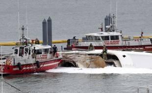 Les pompiers s'affairent autour de l'« Andiamo », le yacht du chanteur Marc Anthony qui a pris feu dans la nuit du 18 au 19 décembre 2019 à Miami.