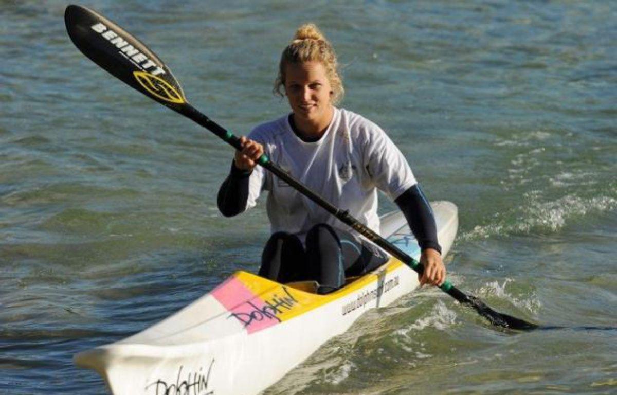 Dans son kayak de mer, Naomi Flood passe ses journées dans les vagues de Manly à aider les nageurs en perdition: fin juillet, elle sera aux JO de Londres, perpétuant une tradition qui remonte à 1908 pour les secouristes en mer de la célèbre plage de Sydney. – Greg Wood afp.com