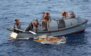 Sièges, masques à oxygène, mais également des pans entiers de la carcasse de l'avion ont été repêchés.