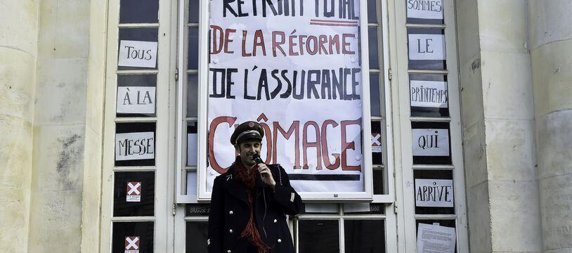 Une affiche demandant le retrait de la réforme sur l'assurance chômage devant l'opéra de Rennes, le 14 mars 2021.
