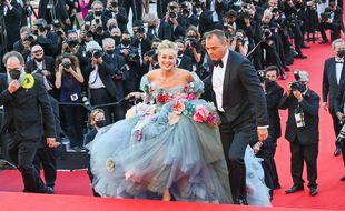 L'actrice Sharon Stone montant les marches du palais des festivals de Cannes
