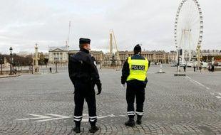 Des officiers de police surveillent la Place de la Concourde à Paris, le 30 novembre 2015