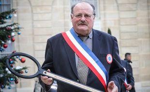 Michel Fournier, secrétaire général de l'Association des maires ruraux de France, tient une clé USB symbolique, le 14 janvier à l'Elysée.