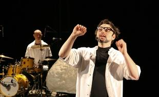 Le comédien Sébastien Bizzotto mêle sciences et humour dans «Singing in the Brain» dont il joue les deux premières représentations les 28 et 29 avril au Point d'Eau à Ostwald (Bas-Rhin).
