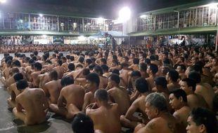 Les prisonniers ont été contraints de rester assis, nus, dans la cour de l'établissement, pendant que l'on fouillait leurs cellules.
