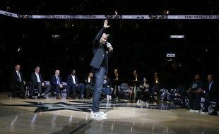 Tony Parker salue ses fans lors de la cérémonie de retrait de son maillot à San Antonio, Texas, le 11 novembre 2019.