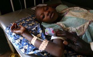 Une petite fille malade, soignée au centre de soins de l'Unicef dans le camp de réfugiés de Sam Ouandja, en Centrafrique.