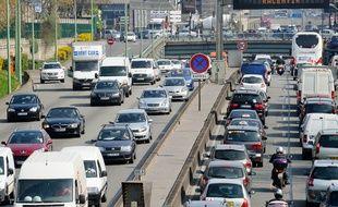 Paris le 28 mars 2012. Circulation automobiule sur le boulevard peripherique de Paris. Panneau de signalisation Risque pollution a Paris. Bouchons. Embouteillages. Circulation voitures dense.