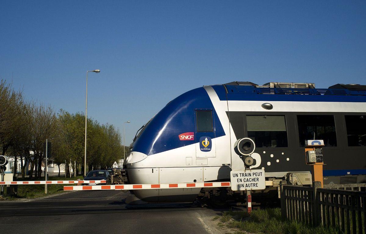 Passage à niveau avec train. –  Xavier Francolon/SIPA