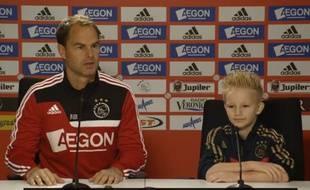 Jay-Jay Willems en vraie-fausse conférence de ^resse avec l'entraîneur de l'Ajax Amsterdam, Franck De Boer.