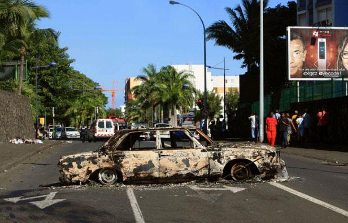 Une carcasse de voiture dans une rue de Saint-Denis de la Réunion, le 22 février 2012. – RICHARD BOUHET / AFP