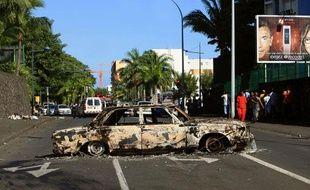 Une carcasse de voiture dans une rue de Saint-Denis de la Réunion, le 22 février 2012.