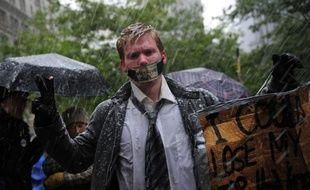 """Les sympathisants du mouvement """"Occupy Wall Street"""" ont affronté samedi avec stoïcisme leur première tempête de neige qui s'est abattue de manière prématurée sur leur campement situé à deux pas de la Bourse de New York."""