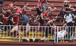 Les supporters de l'Atletico Paranense se battent avec ceux du Vasco de Gama, le 8 décembre 2013 à Santa Catalina.