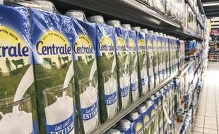 Des bouteilles de lait Centrale Danone dans un supermarché de Rabat au Maroc, le 6 juin 2018.