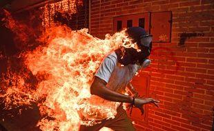 Cette image prise pendant les émeutes au Venezuela a remporté le premier prix du World Press Photo 2018.