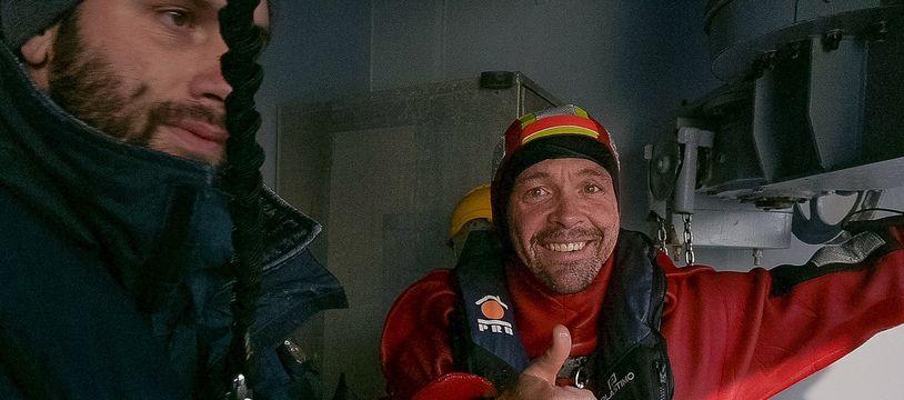 Kevin Escoffier récupéré par la Marine Nationale après avoir été secouru par Jean Le Cam lors du Vendée Globe, le 6 décembre 2020.