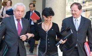 La Ministre de la Justice Rachida Dati se fait aider par Alain Marleix, Secrétaire d'Etat à l'Intérieur et aux Collectivités Territoriales pour descendre les marches du perron de l'Elysée, Paris, le 26 septembre 2008.