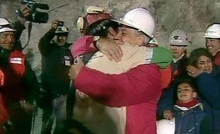 Ce mercredi 13 octobre à 0h10 heure locale et après plus de deux mois passés à 700 m sous terre au Chili, un premier mineur a enfin été remonté à la surface, accueilli par le président chilien Sebastian Pinera (D).