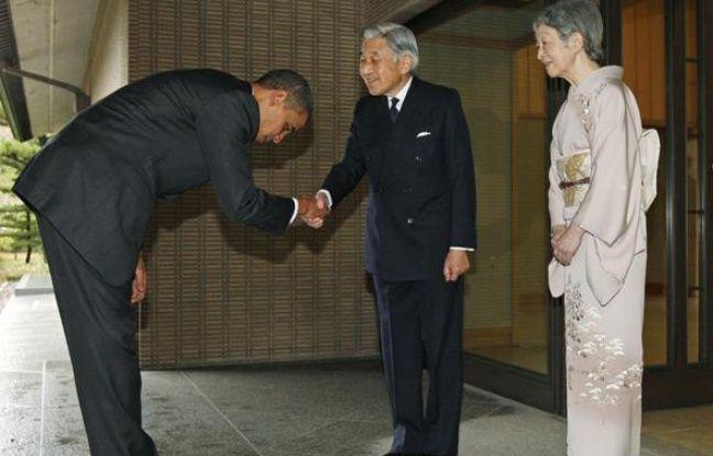 Le président américain Barack Obama salue l'empereur du Japon et son épouse à Tokyo le 14 novembre 2009.