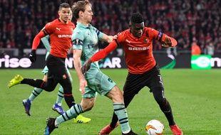 Ismaïla Sarr (ici contre Nacho Monreal) a inscrit le troisième but rennais contre Arsenal au match aller.