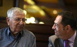 Jean Mercier (g) poursuivi pour avoir aidé sa femme à mourir, et Jean-Luc Romero, président de l'Association pour le droit à mourir dans la dignité (ADMD), à Saint-Etienne, dans la Loire, le 22 septembre 2015