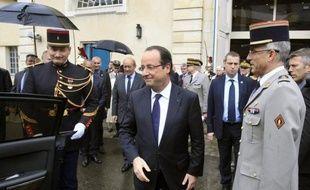 François Hollande a confirmé 24.000 nouvelles suppressions de postes dans les armées d'ici 2019, et promis des propositions d'ici décembre pour renforcer la mutualisation des moyens de défense en Europe.