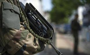 Un membre des forces de l'ordre participant à l'opération Vigipirate, le 24 juin 2015 à Saint-Germain-en-Laye