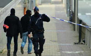 Un policier met en place un périmètre de sécurité près de la station de métro de Maelbeek, à Bruxelles, le 22 mars 2016