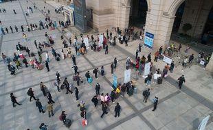 Des passagers font la queue pour entrer dans la gare de Hankou à Wuhan, dans la province centrale du Hubei en Chine, le 8 avril 2020.