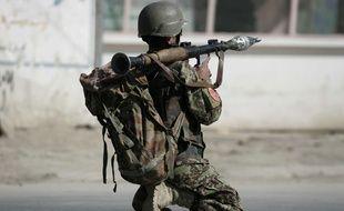 Un soldat afghan manipule un lance-roquettes (illustration).