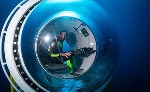 L'explorateur Ghislain Bardout,  dans la capsule, mini station scientifique qui permet aux plongeurs d'observer la vie sous-marine plusieurs jours, sans remonter à la surface.