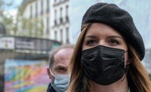 Marlène Schiappa, ministre déléguée à la citoyenneté devant une station de métro à Paris le 15 avril 2021.
