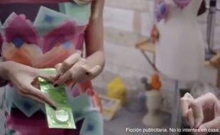 Capture d'écran d'une publicité Desigual dans laquelle une jeune femme perce des préservatifs