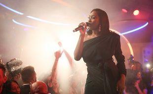 Aya Nakamura chante sur la plage Magnum à Cannes